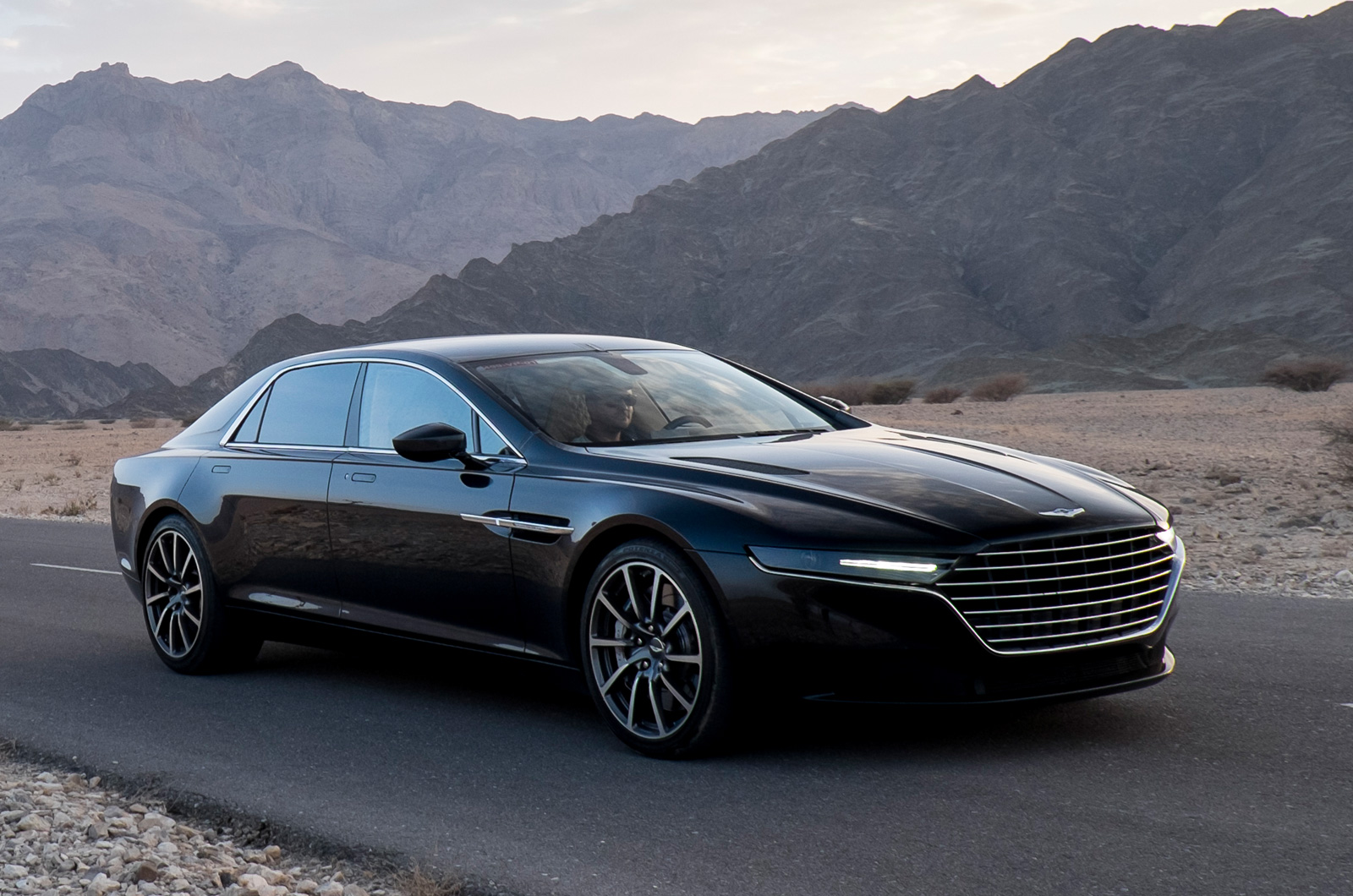 l 39 aston martin lagonda bient t en commande. Black Bedroom Furniture Sets. Home Design Ideas