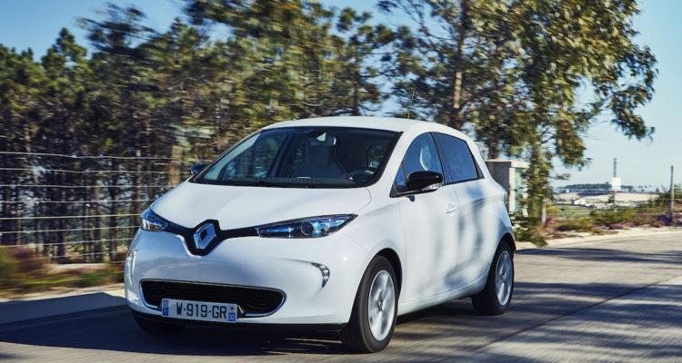 Renault Zoe sur une route entourée d'arbres