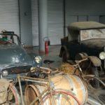 Des véhicules anciens dans un décor de ferme