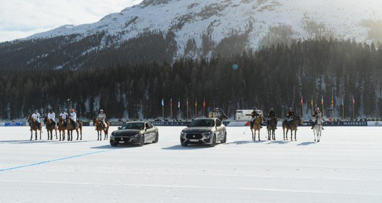 Maserati Levante et Quattroporte Royale entourés de cavaliers de polo