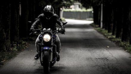 Moto : un motard dans un tunnel