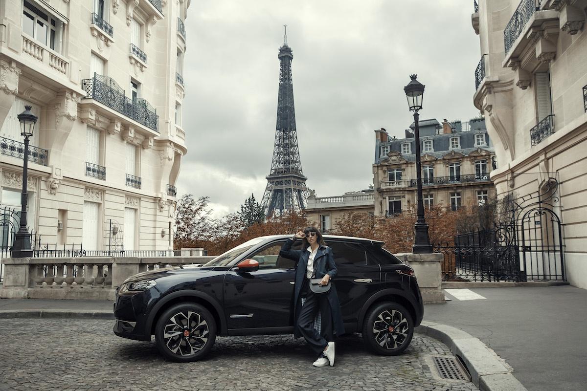 Le véhicule devant la Tour Eiffel