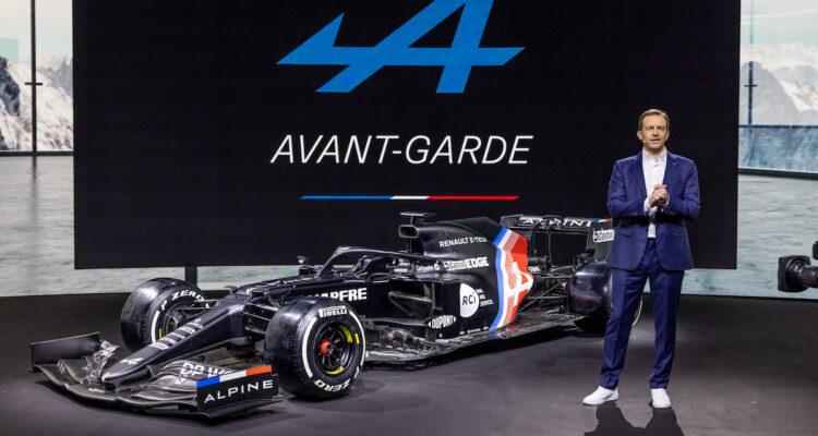 Alpine : L'A521 de Formule 1 et Laurent Rossi (PDG de la marque) sur scène pendant la présentation du plan Renaulution