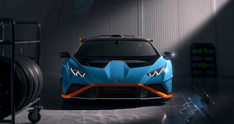 Lamborghini Huracan STO dans un garage au milieu d'objets de course (Crédit - Lamborghini Media Center)